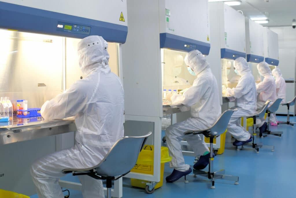 Personnel de laboratoire traitant le sang de cordon ombilical au laboratoire de GMP de Beike