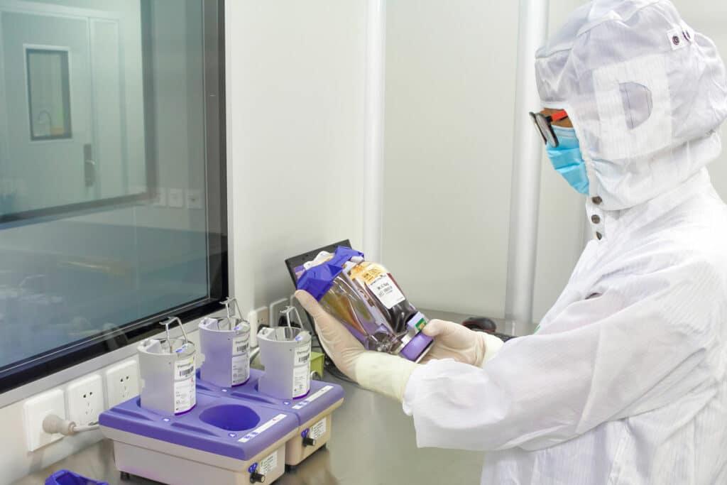 Technicien testant un paquet de cellules souches dans un laboratoire de Beike