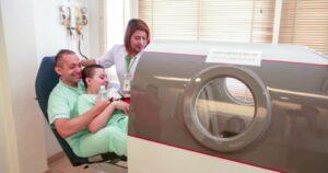 Patient avec IMC entrant dans la chambre d'oxygène hyperbare HBOT au Better Being Hospital