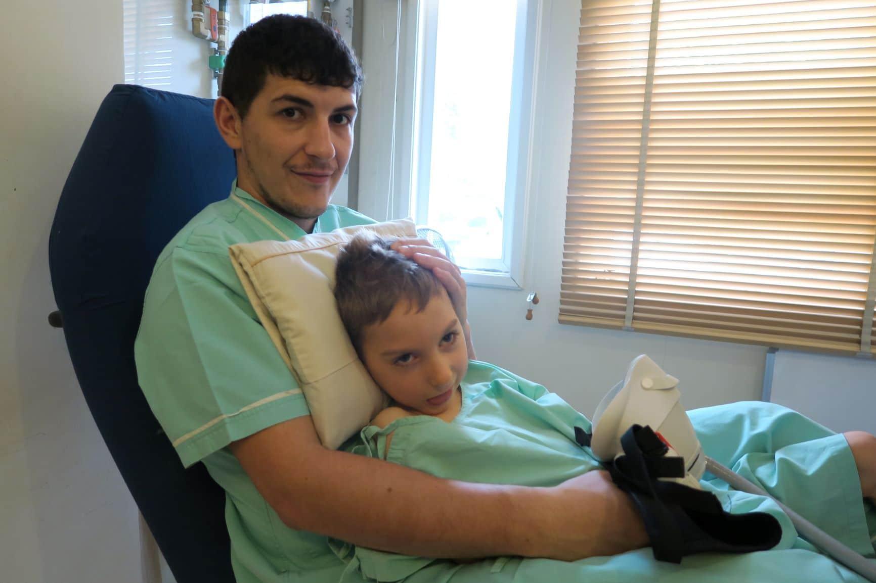 Enzo Thompson et son père avant d'entrer dans la chambre à oxygène