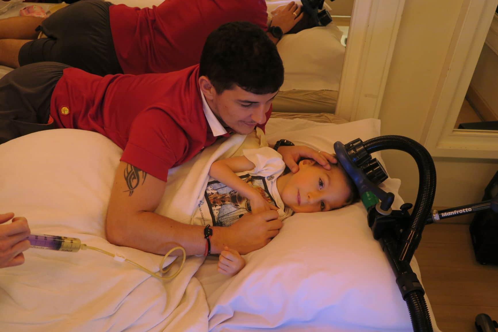 Image d'Enzo avec son père quand il reçoit une thérapie magnétique transcrânienne