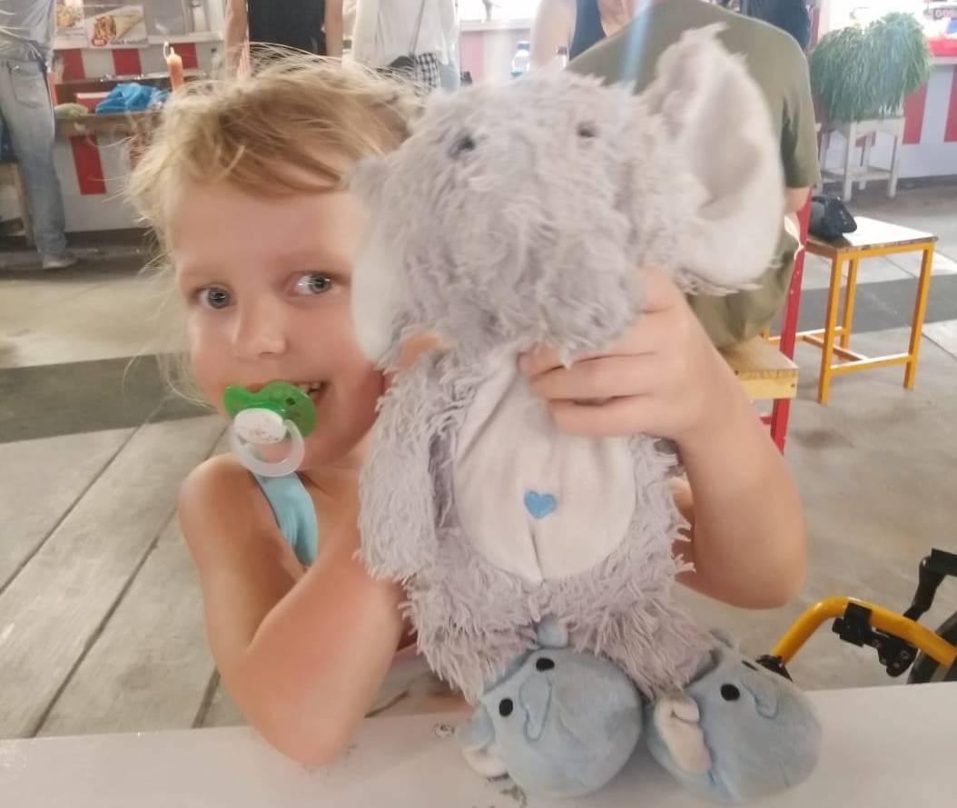 Lotta avec son éléphant en peluche