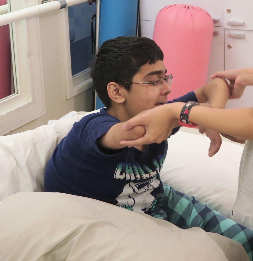 Saif lors d'une séance de kinésithérapie